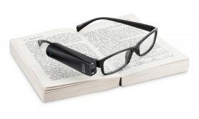 眼鏡につけるだけで活字や色、紙幣、人の性別などを読み上げてくれる、AI 視覚支援機器『オーカム マイアイ2』(OrCam MyEye 2)
