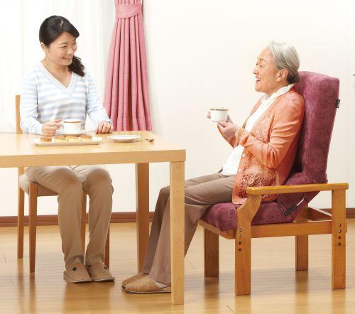 骨盤を立てて視線を上げる椅子「円背サポートチェア」の画像