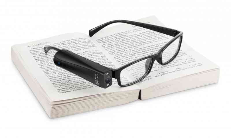 眼鏡につけるだけで活字や色、紙幣、人の性別などを読み上げてくれる、AI 視覚支援機器『オーカム マイアイ2』(OrCam MyEye 2)の画像